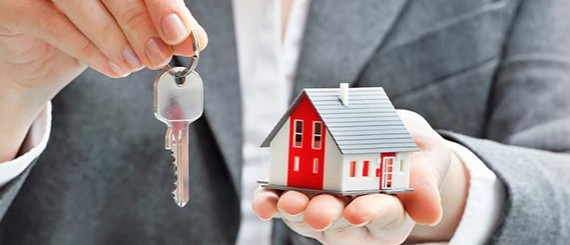 Schlüsselübergabe durch Immobilienbetreuer der Eigenheim Hausbetreuung